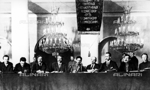 RNA-F-598800-0000 - Russian revolution: Vladimir Lenin (1870-1924), fourth from left, and Yakov Sverdlov (1885-1919), center, photographed in the Hall of the Pillar in the House of Trade Unions during the presidium of the First All-Russian Congress of Land Division Committee for the poor and the common agricultural - Data dello scatto: 11/12/1918 - Sputnik/ Alinari Archives