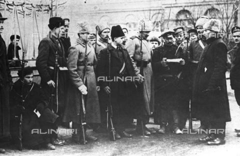 RNA-F-598807-0000 - Russian revolution: the Red Guard patrol near the Smolny Palace in St.Petersburg in October 1917 - Data dello scatto: 10/1917 - Sputnik/ Alinari Archives