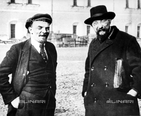 RNA-F-598809-0000 - Russian revolution, Vladimir Lenin (1870-1924) and Vladimir Bonch-Bruevich (1873-1955) photographed in the courtyard of the Kremlin in Moscow - Data dello scatto: 16/10/1918 - Sputnik/ Alinari Archives