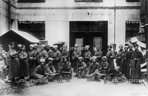 RNA-F-610441-0000 - Russian revolution: the soldiers of the Regiment Kexholm photographed after taking part in an armed uprising in Petrograd (St. Petersburg) in 'October 1917 - Data dello scatto: 10/1917 - Sputnik/ Alinari Archives
