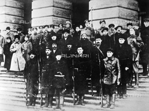 RNA-F-636388-0000 - Russian Revolution: Red Guards and revolutionary soldiers guard in front of Smolny Institute in Petrograd (St. Petersburg) October 26, 1917 - Data dello scatto: 26/10/1917 - Sputnik/ Alinari Archives