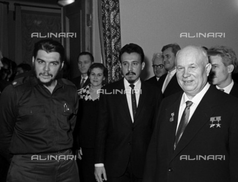 RNA-S-000232-6612 - The revolutionary Ernesto Guevara (1928-1967) said el Che, head of the economic mission of the Cuban government, and Nikita Khrushchev (right), first secretary of the Central Committee of the Soviet Communist Party and Chairman of the USSR Council of Ministers, photographed at the Cuban Embassy in Moscow - Data dello scatto: 01/10/1960 - Sputnik/ Alinari Archives