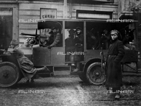 RNA-S-000259-1227 - Russian Revolution: Red Guards on the streets of Moscow, October 1917 - Data dello scatto: 10/1917 - Sputnik/ Alinari Archives