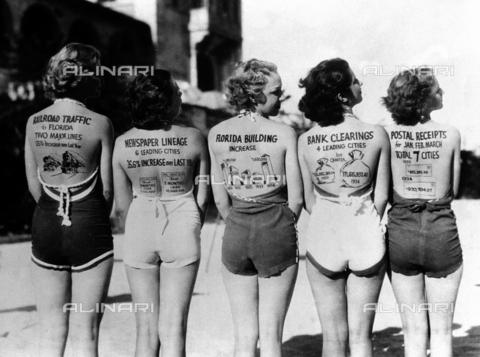 RVA-S-000141-0008 - La ripresa economica della Florida dopo la crisi del 1929, presentata da giovani americane con disegni sulla schiena - Data dello scatto: 1929 - Roger-Viollet/Alinari