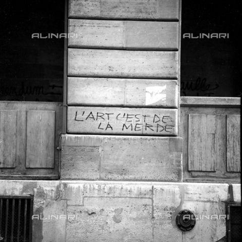 RVA-S-000259-0001 - Iscrizione su un pilastro del teatro de l'Odéon durante i movimenti di contestazione del maggio-giugno 1968 - Data dello scatto: 06/1968 - Roger-Viollet/Alinari