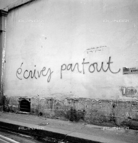 RVA-S-000259-0009 - Graffiti su un muro durante i movimenti di contestazione del maggio-giugno 1968, Parigi - Data dello scatto: 06/1968 - Roger-Viollet/Alinari
