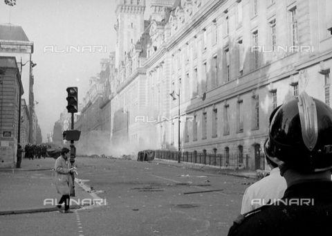 RVA-S-000259-0013 - Barricate in rue Saint-Jacques (Vème arrondissement) durante i movimenti di contestazione del maggio 1968, Parigi - Data dello scatto: 01/1968 - Roger-Viollet/Alinari