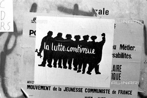 RVA-S-000260-0003 - Manifesti affissi su una parete dell' Ecole des Beaux Arts durante i movimenti di contestazione del maggio 1968, Parigi - Data dello scatto: 05/1968 - Roger-Viollet/Alinari