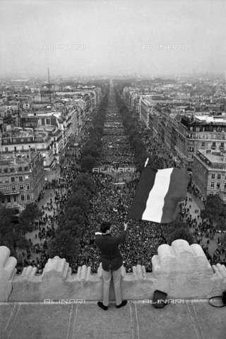RVA-S-000260-0008 - Giovane sventola dall'Arco di Trionfo la bandiera francese durante la manifestazione gaullista del 30 maggio 1968, Parigi - Data dello scatto: 30/05/1968 - Roger-Viollet/Alinari