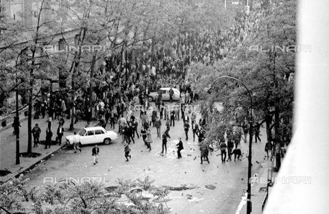 RVA-S-000260-0010 - Scontri fra manifestanti e polizia in boulevard Saint-Germain al Quartriere Latino, Parigi; 6 maggio 1968 - Data dello scatto: 06/05/1968 - Roger-Viollet/Alinari