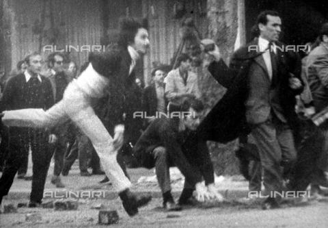 RVA-S-000334-0002 - Manifestanti che lanciano pietre di pavé in boulevard Saint-Michel durante le contestazioni del maggio 1968 - Data dello scatto: 05/1968 - Roger-Viollet/Alinari