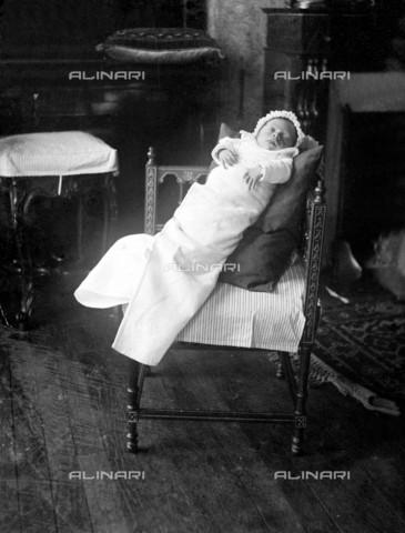RVA-S-000558-0002 - Neonato nel 1893 in Francia - Data dello scatto: 1893 - Roger-Viollet/Alinari