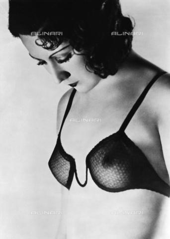 RVA-S-000633-0010 - Soutien-gorge Ferrero, Parigi - Data dello scatto: 1930 ca. - Studio Lipnitzki / Roger-Viollet/Alinari