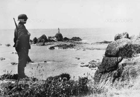 RVA-S-000742-0003 - Occupazione delle Isole del Canale della Manica: sentinella tedesca a guardia della costa dell'isola di Jersey, luglio 1940 - Data dello scatto: 07/1940 - Roger-Viollet/Alinari