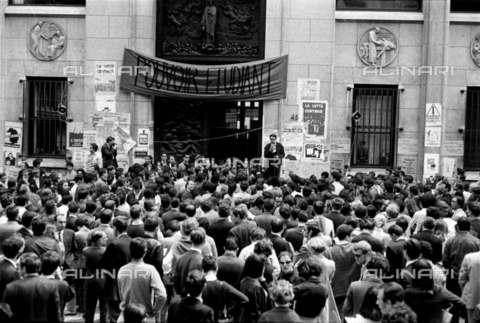 RVA-S-001083-0014 - Comizio studentesco davanti alla Facoltà di Medicina occupata in rue des Saints-Pères, Parigi - Data dello scatto: 06/05/1968 - Roger-Viollet/Alinari