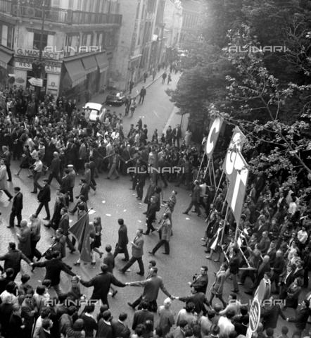 RVA-S-001202-0006 - Manifestazione in boulevard Saint-Michel durante il maggio francese - Data dello scatto: 06/05/1968 - Marie-Anne Lapadu / Roger-Viollet/Alinari