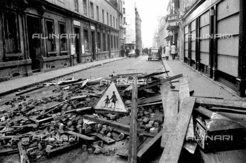 RVA-S-001256-0004 - Resti di barricate in rue Victor Cousin durante il maggio francese - Data dello scatto: 05/1968 - Roger-Viollet/Alinari
