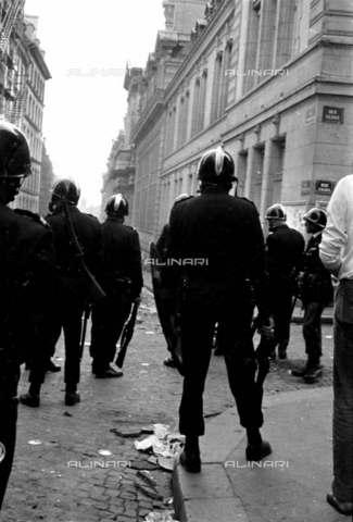 RVA-S-001256-0005 - Forze di polizia presiedono La Sorbonne durante il maggio francese 1968 - Data dello scatto: 05/1968 - Roger-Viollet/Alinari