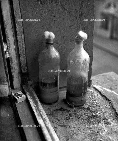 RVA-S-001269-0015 - Molotov lasciate a La Sorbonne durante il maggio francese 1968 - Data dello scatto: 05/1968 - Roger-Viollet/Alinari