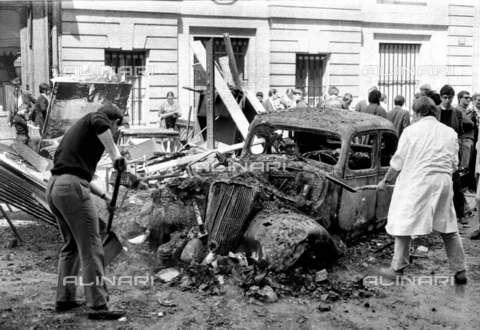 RVA-S-001340-0014 - Resti di barricate in rue des Saints-Pères davanti alla Facoltà di Medicina durante il maggio francese - Data dello scatto: 06/1968 - Roger-Viollet/Alinari