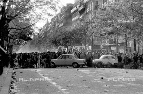 RVA-S-001340-0016 - Manifestazioni nel quartiere latino nel boulevard Saint-Michel durante il maggio francese, Parigi - Data dello scatto: 06/05/1968 - Roger-Viollet/Alinari