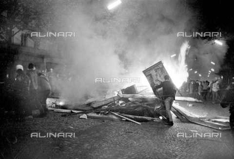 RVA-S-001341-0001 - Manifestazione studentesca con barricata durante il maggio francese, Parigi - Data dello scatto: 25/05/1968 - Roger-Viollet/Alinari
