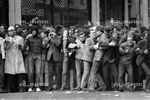 RVA-S-001341-0007 - La contestazione del 1968. Manifestazione nel Quartiere Latino - Data dello scatto: 06/05/1968 - Roger-Viollet/Alinari