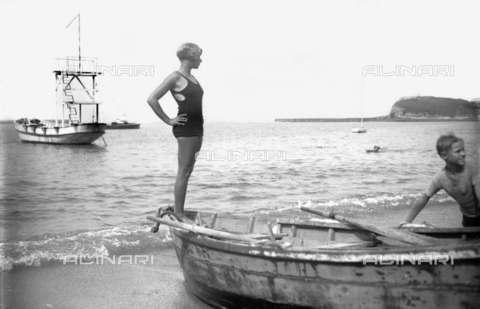 RVA-S-001965-0014 - Donna in costume da bagno su una barca nella spiaggia di Saint-Jean-de-Luz - Data dello scatto: 1930 ca. - Roger-Viollet/Alinari, Boris Lipnitzki