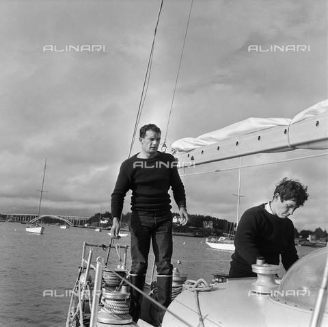 "RVA-S-001969-0017 - Il velista francese Eric Tabarly (1931-1998) sul ponte della sua barca ""Pen Duick III"", con Yves Guégan, membro del suo equipaggio, La Trinité-sur-Mer (Francia), 1968 - Jacques Cuinières / Roger-Viollet/Alinari"