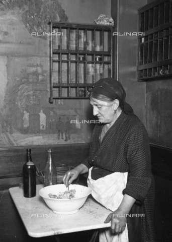 RVA-S-001997-0016 - Mère Rosalie, proprietaria di un ristorante a Montparnasse frequentato da artisti internazionali tra cui il pittore Amedeo Modigliani, autore dello scatto - Data dello scatto: 1920 ca. - Albert Harlingue / Roger-Viollet/Alinari
