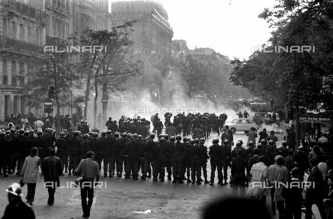 RVA-S-002084-0010 - Le forze di polizia intervengono durante una manifestazione studentesca nel boulevard Saint-Germain, Parigi - Data dello scatto: 06/05/1968 - Roger-Viollet/Alinari