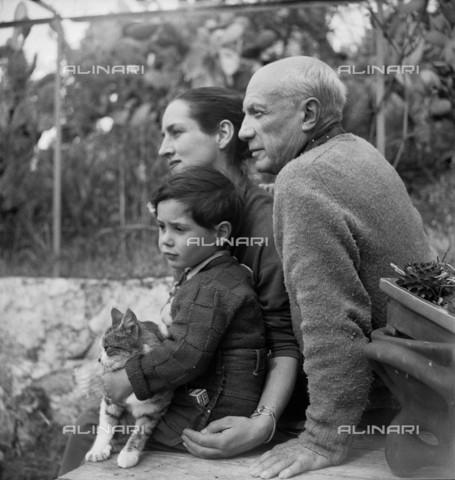 RVA-S-002112-0004 - Ritratto di Palbo Picasso (1881-1973), della compagna Françoise Gilot (1921-1995) e del loro figlio Claude (1947-) - Data dello scatto: 1952 - Boris Lipnitzki/Studio Lipnitzki / Roger-Viollet/Alinari