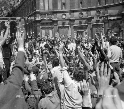 RVA-S-002175-0003 - Giovani studenti votano per alzata di mano all'Ecole des Beaux-Arts durante il maggio francese, Parigi - Data dello scatto: 05/1968 - Roger-Viollet/Alinari