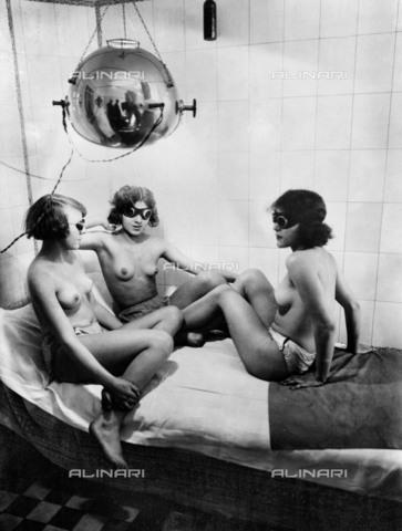 RVA-S-002453-0016 - L'esposizione a raggi ultravioletti di un gruppo di donne per l'abbronzatura - Data dello scatto: 1920 ca. - Roger-Viollet/Alinari