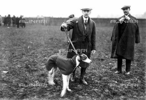 RVA-S-002911-0006 - Gabriele D'Annunzio (1863-1938) con il cane durante una battuta di caccia a Saint-Cloud (Hauts-de-Seine) - Roger-Viollet/Alinari