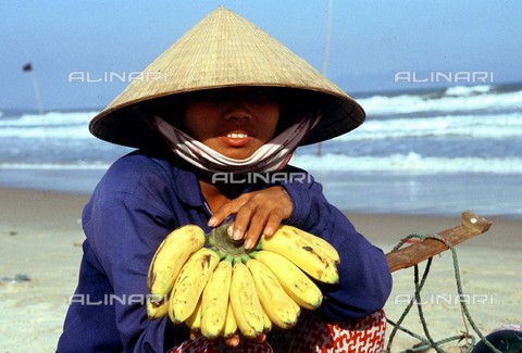 RVA-S-003343-0011 - Una donna vietnamita - Data dello scatto: 1989 - Roger-Viollet/Alinari
