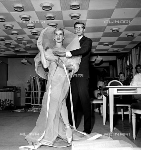 RVA-S-003546-0009 - Lo stilista Yves Saint Laurent e la ballerina Tessa Beaumont nell'atelier di Christian Dior a Parigi - Data dello scatto: 09/1959 - Roger-Viollet/Alinari