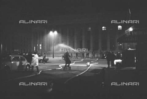 RVA-S-004044-0016 - Incendio al palazzo della Borsa durante il maggio francese, Parigi - Data dello scatto: 24/05/1968 - Roger-Viollet/Alinari