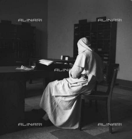 RVA-S-004602-0013 - Monaco all'interno di una cella in un convento bernardino a Roma - Data dello scatto: 1946 - Roger Berson / Roger-Viollet/Alinari