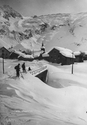 RVA-S-004932-0005 - Winter sports: village under the snow - Data dello scatto: 1925-1930 ca. - Neurdein / Roger-Viollet/Alinari