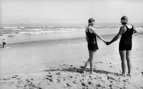 RVA-S-004956-0001 - Coppia di bagnanti in spiaggia - Data dello scatto: 1925 ca. - Roger-Viollet/Alinari, Neurdein