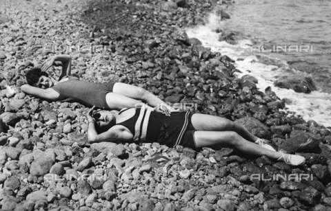 RVA-S-004960-0001 - Due giovani in spiaggia - Data dello scatto: 1925 ca. - Roger-Viollet/Alinari, Neurdein