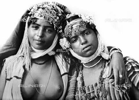RVA-S-004974-0003 - Due giovani algerine - Data dello scatto: 1910 ca. - Roger-Viollet/Alinari