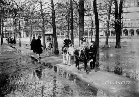 RVA-S-005967-0002 - Passeggiata sugli asinelli nel giardino de Les Tuileries a Parigi - Data dello scatto: 1942 - LAPI / Roger-Viollet/Alinari