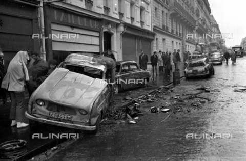 RVA-S-006458-0002 - Carcasse di automobili dopo la manifestazione del 10-11 maggio 1968, Parigi - Data dello scatto: 12/05/1968 ca. - Roger-Viollet/Alinari