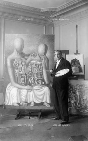 RVA-S-006518-0012 - Giorgio De Chirico (1888-1978) nel suo studio - Studio Lipnitzki / Roger-Viollet/Alinari