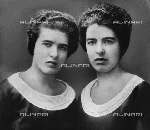 RVA-S-006583-0002 - Le sorelle Christine e Léa Papin che assassinarono le loro datrici di lavoro, la signora Lancelin e sua figlia, Le Mans (Sarthe) - Data dello scatto: 1933 - Albert Harlingue / Roger-Viollet/Alinari