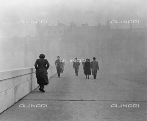 """RVA-S-006598-0010 - Il pont des """"Saints-Pères"""" a Parigi nell'oscurità - Roger-Viollet/Alinari"""
