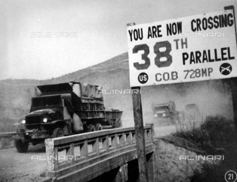 RVA-S-008500-0014 - Guerra di Corea (1950-1953): le forze delle Nazioni Unite, attraversando il 38° parallelo, si ritirano da Pyongyang, capitale della Corea del Nord - Data dello scatto: 1950 - US National Archives / Roger-Viollet/Alinari