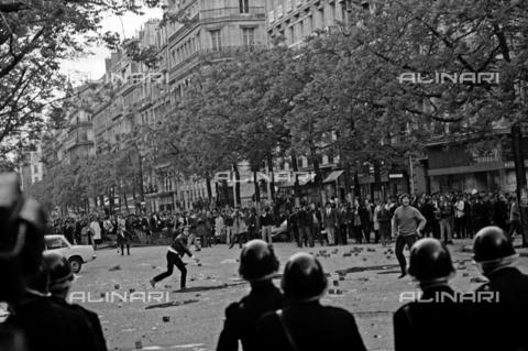 RVA-S-008518-0015 - Scontri fra manifestanti e polizia durante il maggio francese, Parigi - Data dello scatto: 06/05/1968 - Roger-Viollet/Alinari